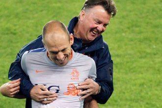 Louis Van Gaal in omhelzing met Arjen Robben. ©Pro Shots