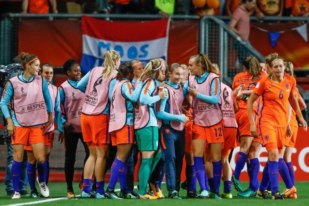 OranjeLeeuwinnen krijgen onderscheiding op bezoek bij premier