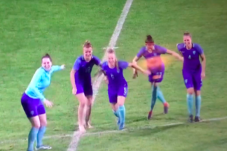 VIDEO: OranjeLeeuwinnen vermaken zich opperbest na afgelaste finale