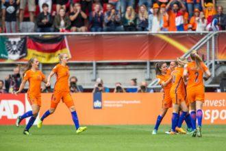 Oranjevrouwen winnen door late goal nipt van Denemarken