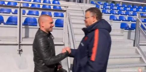 Sneijder duikt op bij training Oranje