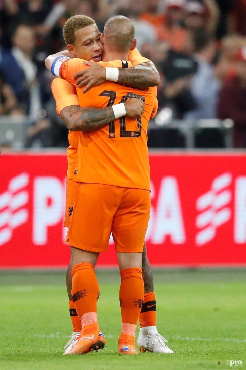 Sneijder draagt shirt symbolisch over aan Depay