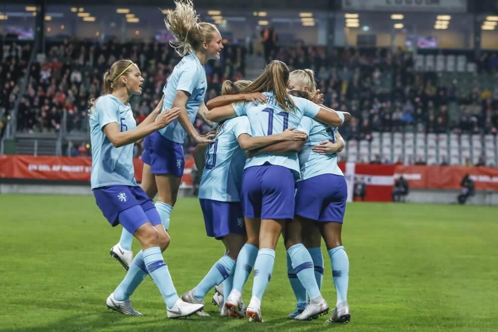 OranjeLeeuwinnen staan in finale play-offs na zege