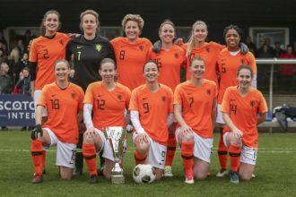 Oud-OranjeLeeuwinnen winnen Nieuwjaarswedstrijd