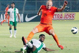 Arjen Robben in duel tijdens de wedstrijd tegen Indonesië. © Pro Shots