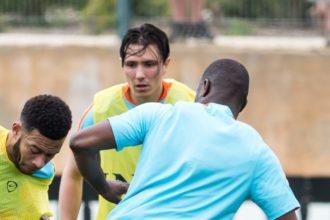 Steven Berghuis kijkt toe tijdens training Oranje