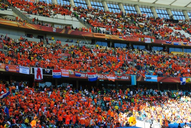 Oranjesupporters in een stadion