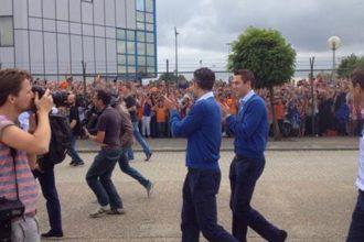 Honderden fans zien Oranje landen in Nederland