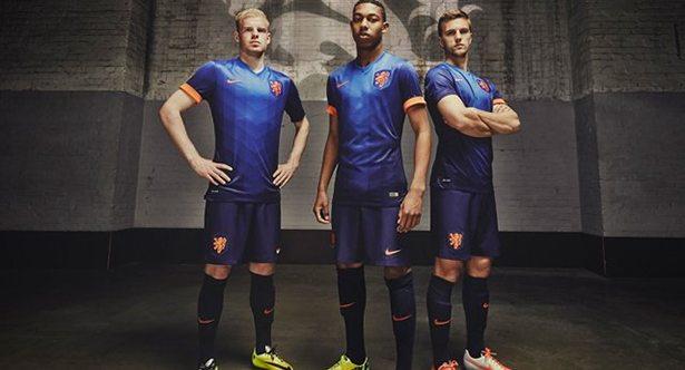 Davy Klaassen, Jean-Paul Boëtius en Joël Veltman in het nieuwe uitshirt van Oranje. ©Nike
