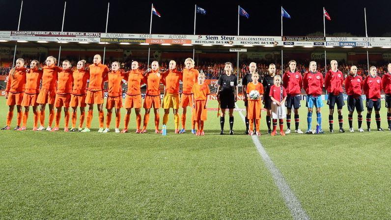 Oranje vrouwen oefenen tegen Zweden