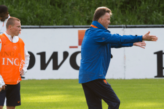 Louis van Gaal geeft training