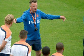 Louis van Gaal met zijn spelers op de training. ©Pro Shots