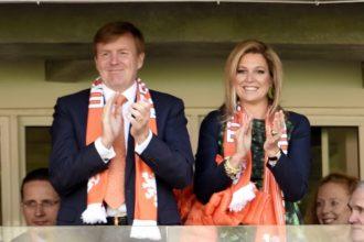 Koning en koningin op bezoek bij Oranjevrouwen