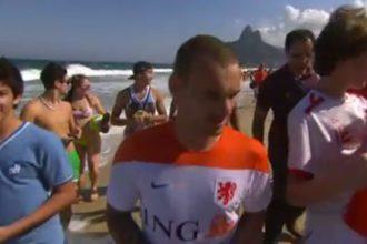 Wesley Sneijder wordt op het strand belaagd door Brazilianen.