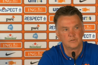 Louis van Gaal geeft weer een persconferentie