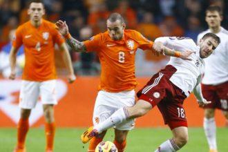Wesley Sneijder in actie tegen de Letten
