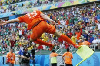 Klaas-Jan Huntelaar scoort tegen Mexico.