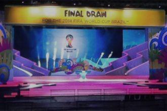 Het podium waar de loting voor het WK 2014 vrijdag plaatsvindt. ©Twitter