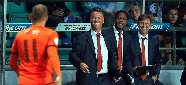 Louis van Gaal en zijn staf zijn blij om een goal van Arjen Robben. ©Pro Shots